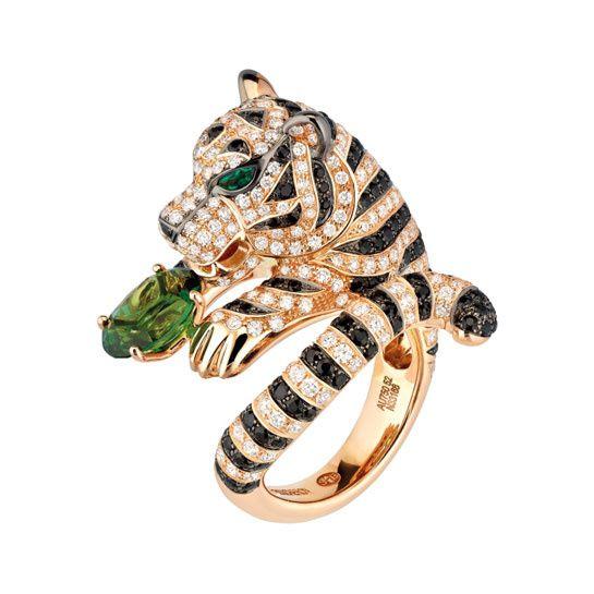 Boucheron: anello Bagua in oro rosa con brillanti bianchi, zaffiri neri, smeraldi e una tormalina verde