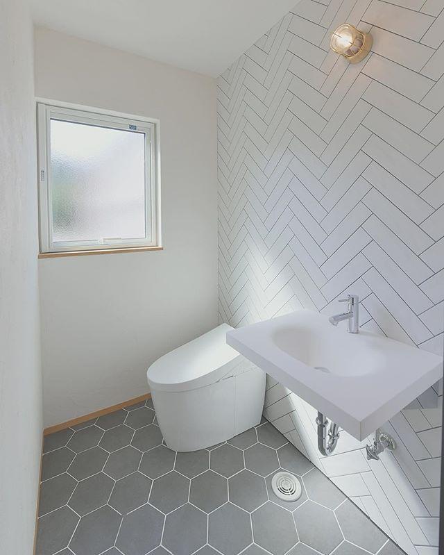 ヘリンボーンの壁にヘキサゴンタイルの床を使ったトイレ 手洗いはサンワカンパニーさん トイレ レイアウト シンプル トイレ トイレ 壁紙 おしゃれ