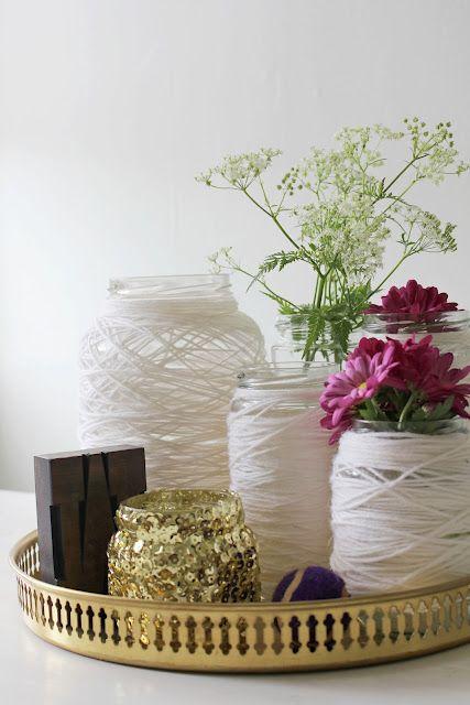 Pots de mermelada malcoberts de llana o tires de lluentons per fer de floreros