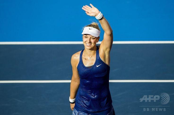 女子テニス、香港オープン(Prudential Hong Kong Tennis Open)シングルス決勝。歓声に応えるザビーネ・リシキ(Sabine Lisicki、2014年9月14日撮影)。(c)AFP/XAUME OLLEROS ▼15Sep2014AFP|第1シードのリシキが優勝、香港オープン初代女王に http://www.afpbb.com/articles/-/3025895