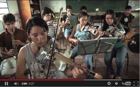 Em Cateura - Paraguai,  há crianças que se dedicam de alma e coração à música, com instrumentos feitos a partir de materiais que encontram no lixo