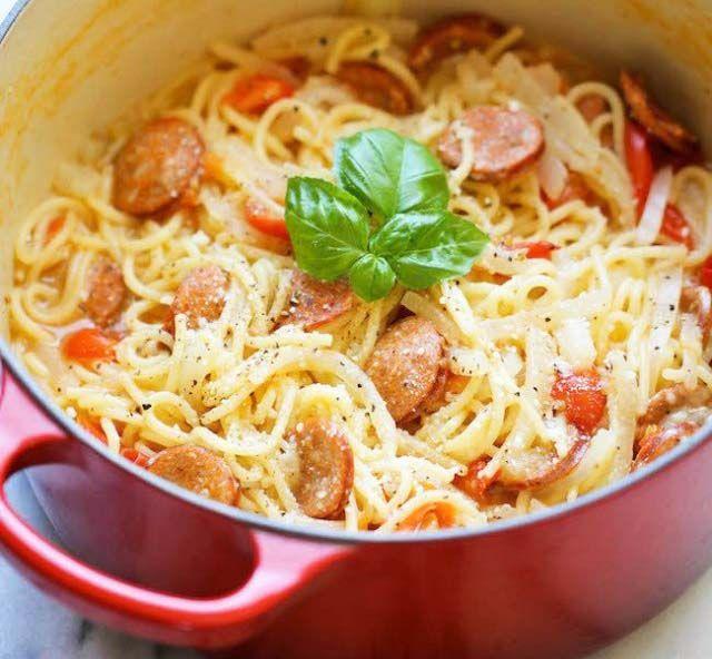 Спагетти с сосисками, сыром и овощами - простой быстрый ужин на скорую руку. Всё что нужно, это сложить все ингредиенты в кастрюлю и включить огонь! Через 10 минут спагетти с сосисками готовы.