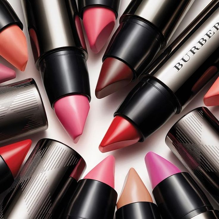 Have you seen Burberry's amazing Full Kisses lipstick? The flat top applicator hugs lips making it easy to contour and define. The retractable lipstick pen makes it easy to use. Very good pigmentation in 14 shades! @editordlackie