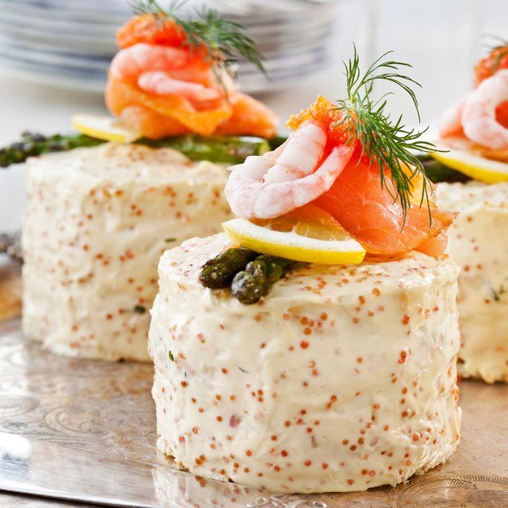 Bjud på de här lyxiga och salta bakelserna i helgen! Lämnar ingen smörgåstårteälskare oberörd.