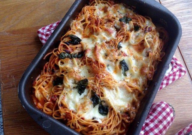 Jävligt gott gör den BÄSTA MATEN. Alltid. Och den här gratängen måste gå att göra i micron också. Mozzarella + pasta + pastasås + kryddor (jag skulle LÄTT lägga till pesto också. Och sen äta tills jag dör).