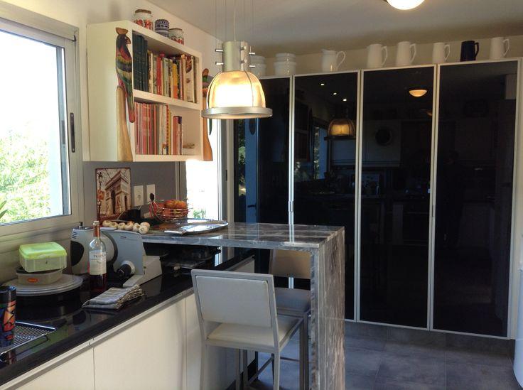 Grupo3 cocina blanca despensas con puertas de aluminio y for Muebles de cocina negro