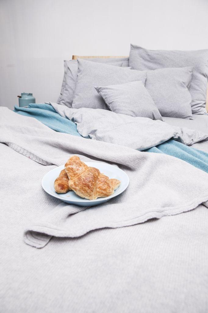 Narzuta idealnie sprawdzi się jako nakrycie łóżka jak i przykrycie w cieplejsze noce.