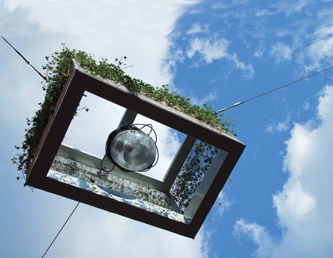 Straatlamp opgehangen tussen de huizen.  2 in 1- straatsverligting en bloembak. (PG 11) Bron: http://bytr.nl/nl/projecten/green-spotlight/publiek-openbaar, geraadpleegd op 22 januari 2014