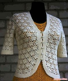 Короткая кофточка светло-жёлтого цвета и юбка из треугольных мотивов