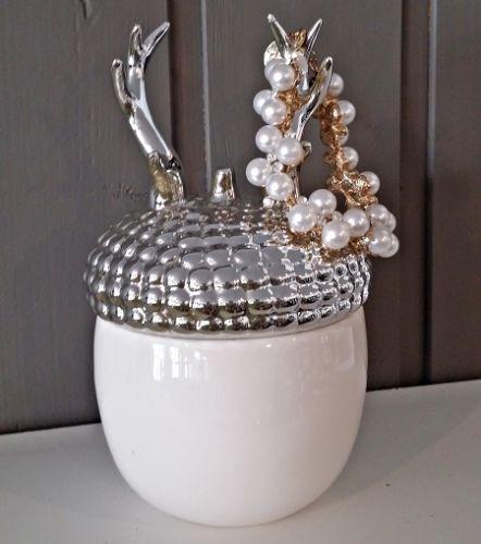 Smykkekrukke med valnøttform i hvit porselen, med sølvfarget gevir på lokket til ringer og armbånd. 11x18cm