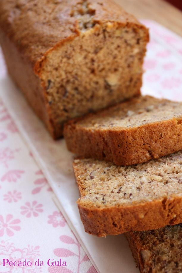 """Não é nem pão nem bolo e sempre fico na dúvida em como traduzir o tradicional """"banana bread"""" dos americanos mas o fato é que eu adoro! São m..."""