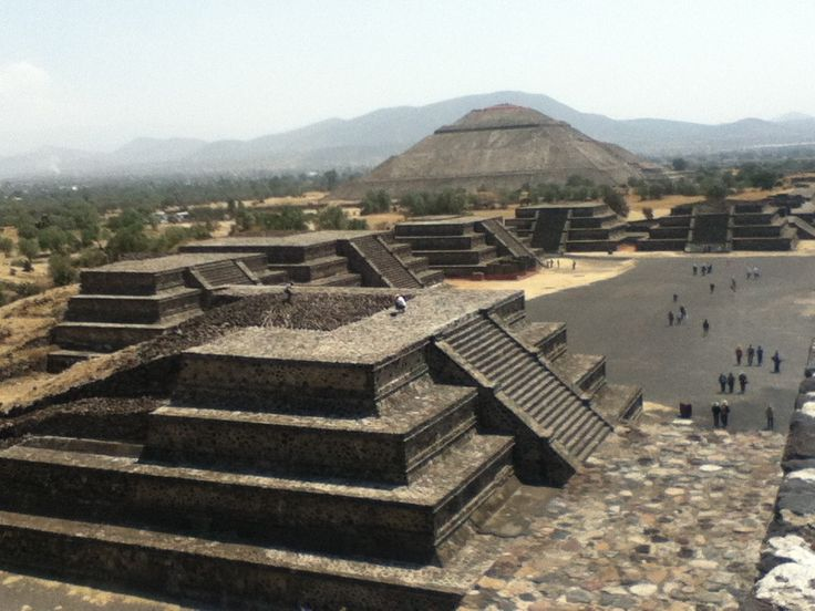 Zona Arqueológica de Teotihuacán: La también llamada Ciudad de los Dioses, Teotihuacán, conserva los vestigios de una de las civilizaciones más importantes de Mesoamérica. Sin importar por dónde comiences tu recorrido, quedarás asombrado con las hermosas construcciones y por el misterio que guardan los muros de la Pirámide del Sol, El Templo de Quetzalpápalotl, la Calzada de los Muertos y las edificaciones que los rodean.