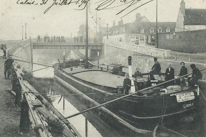 Calais, péniche au pont de Saint-Pierre, vers 1900