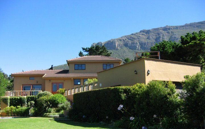 Wakaya - This modern house is situated in the shadow of the Oranjekloof mountains in Hout Bay and enjoys endless views of this beautiful suburb.This stylish accommodation consists of three bedrooms and features ... #weekendgetaways #houtbay #capemetropole,peninsula #southafrica