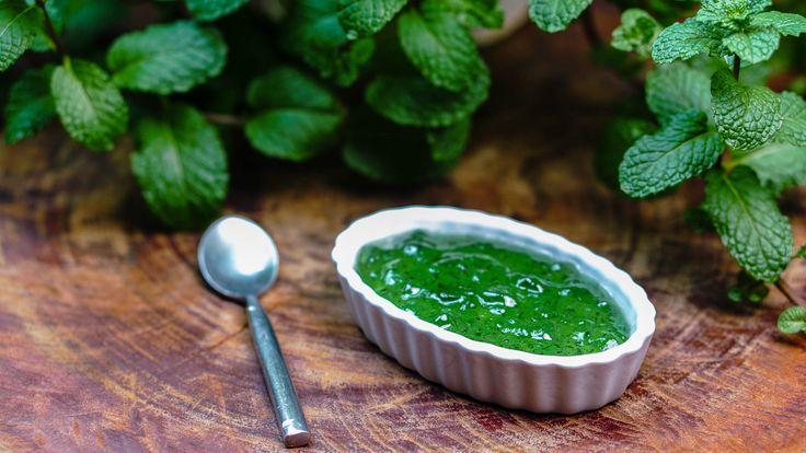Receita de uma geleia de menta (hortelã) feita à base de peras, menta (ou hortelã) e açúcar. Prepare você mesmo a geleia que acompanhará o seu cordeiro.