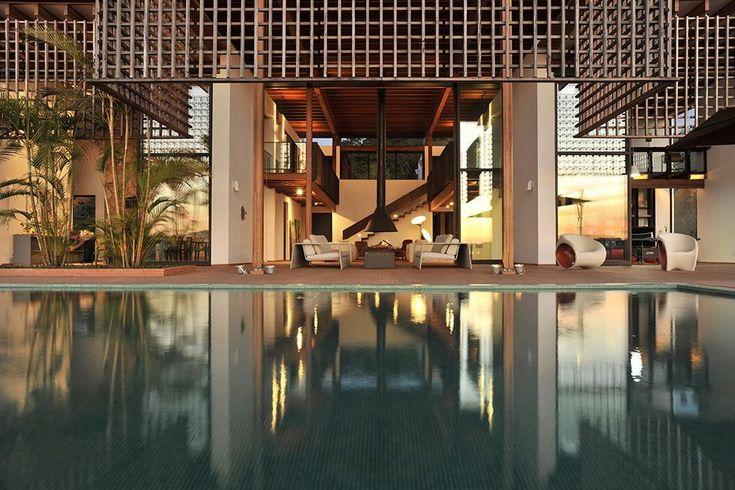 OASI TROPICALE IN BRASILE: PISCINA OVERSIZE Uno specchio d'acqua crea uno spazio fresco e piacevole di fronte alla villa in Brasile dello studio Candida Tabet