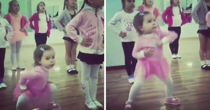 Dans la vie, il y a ceux qui suivent les règles, et ceux qui font comme ça leur chante. Comme cette adorable petite danseuse qui s'en donne à cœur joie.
