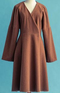 Пальто с запахом, удлиненной линией плеч и расширенное книзу, выглядит очень женственно. При этом выполнить его на удивление легко.  Пальто без подкладки, в нем нет замысловатых деталей, а застегивается модель просто на кнопки. Возможно, только отделка низа ручной декоративной строчкой займет некоторое время.  Рекомендуется классическая шерстяная ткань верблюжьего цвета. Но также подойдет легкий войлок или велюр, черный или красный цвет будет прекрасным выбором для любителей яркого.