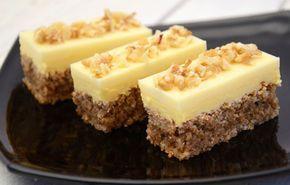 Un desert perfect de weekend este delicata Prajitura cu blat de nuci si crema de galbenusuri. Blatul pufos cu nuci impreuna cu crema fina de galbenusuri si ciocolata alba, alcatuiesc un preparat culinar absolut delicios. Ingrediente Prajitura cu blat de nuci si crema de galbenusuri: Blat: 6 albusuri 250 grame