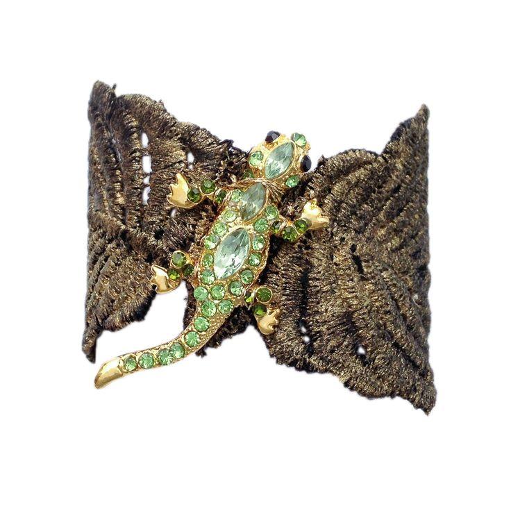 Brazalete de encaje teñido en oro con lagartija  con brillantitos de imitación en verde y broche chapado en oro de 24k Precio: 187€