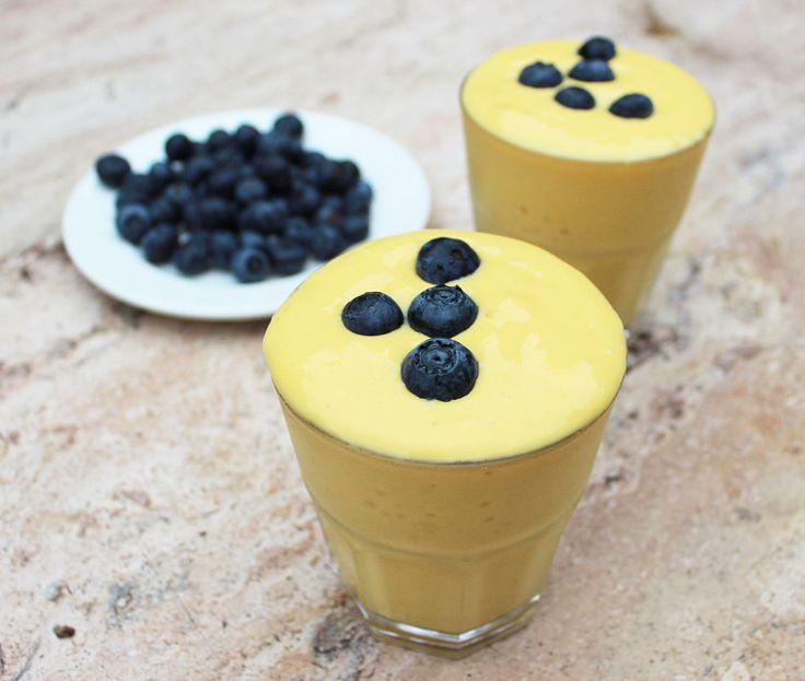Peach Breakfast Smoothie  1 pêssego fresco amarelo, três faces de manga congelados, 3TBS iogurte orgânico baixo teor de gordura, 1/4 de xícara de leite com pouca gordura orgânica, 2TBS de farinha de amêndoa orgânica.   Misture até blueberries frescas lisas e superior com.