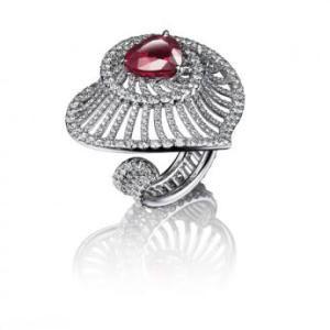 """La bague """"Coeur"""" de Adler en or blanc est sertie d'un spectaculaire rubis Burma, taillé en forme de coeur de plus de 4 carats et de 385 diamants."""