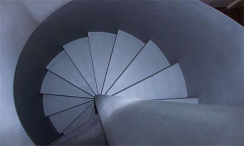 Spitzbart Treppen • Naturgemäß ist jede Treppe eine Art Maschine, um hinauf oder hinabzusteigen, aber in ihrer besten Definition durch die schönen Künste ist sie eine Bühne, ein Tanz. Berthold Lubetkin, Architekt Im Jahr 2009 erschien die erste Ausgabe unseres Hausmagazins Auftritt. Weitere Informationen und Treppenanlagen im Treppen Finder unter www.treppen.de/de/portfolio-leser/spitzbart-treppen-243.html