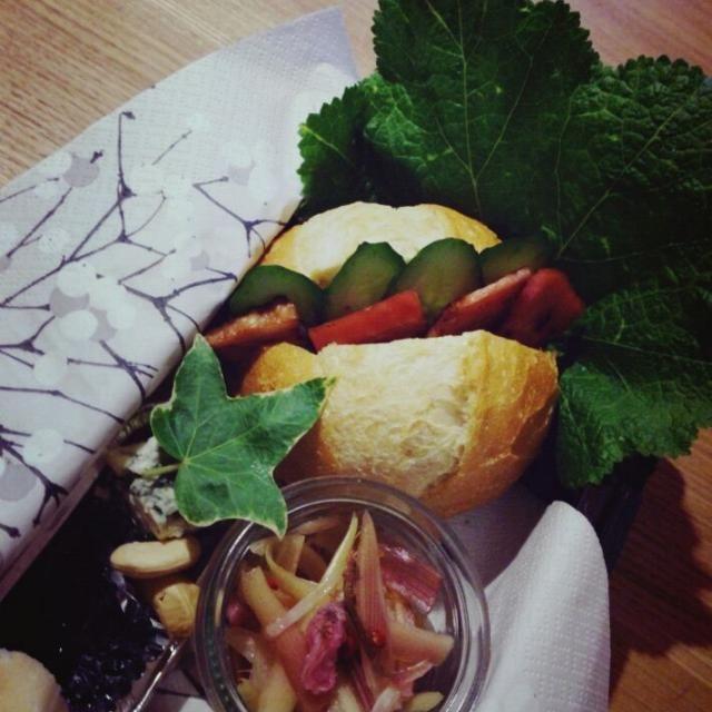 ブルーチーズと甘いジャムをパンにつけてむしゃむしゃ食べたかったので!  ■プチフランスのサンドイッチ(ベーコン、きゅうり) ■さっくりフランス(ブルーチーズ、ブルーベリージャム、カシューナッツといっしょに) ■ミョウガの桜漬 - 98件のもぐもぐ - 今日の自分弁当(サンドイッチとブルーチーズ) by labit711225