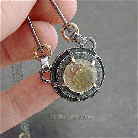 Небольшое, изящное ожерелье с турмалином.