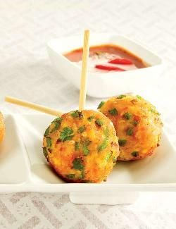 Spinach and cheese balls, this power-packed snack is made up of cheese and paneer, 2 dense sources of protein. Paneer has a bland flavour and thus blends well with any ingredient. This recipes is sure to be enjoyed by people of all age groups especially the kids who love to munch on finger foods like cutlets, tikkis etc… so, this is a good way to sneak protein into their diet through foods that they love!