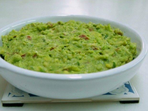 Foto: Crédito GNT    Ingredientes:  3 abacates hass ou avocado maduros descascados  1 tomate médio maduro, cortado em cubos (