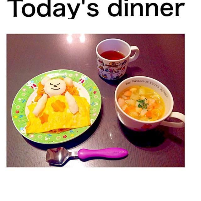 明日のお弁当の試作で夕食はオムライス♡布団に寝たクマです◡̈♥︎ 野菜スープには、大豆の乾物。パセリの代用で、モロヘイヤの粉末を。 - 9件のもぐもぐ - オムライス by sachie16sun64