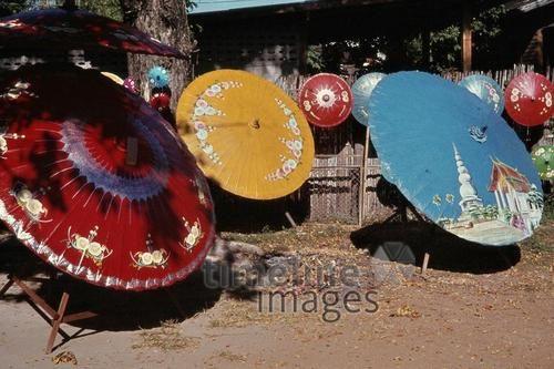 Bunte Papierregenschirme in Chiang Mai, 1978 Czychowski/Timeline Images #70er #ChiangMai #Thailand #bunt #Papierregenschirm #Fotographie #photography #historisch #historical #traditional #traditionell #retro #nostalgic #Nostalgie #Sonnenschirm #Sommer #Sonne #Schirm #Sonnenschutz