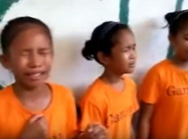 """Unos niños filipinos han causada emoción en las redes sociales tras aparecer en un video en el que se muestran cantando """"¡Lord! Heart Warming"""". En el video"""