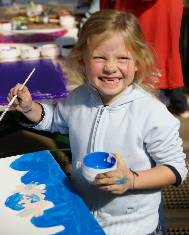 KRASS e.V. bietet Kindern und Jugendlichen unentgeltlich kulturelle Bildung. Wir helfen Kindern und Jugendlichen, sich selbstbewusst zu entwickeln, ihre eigenen Stärken kennen zu lernen und sich auszudrücken. Wir unterstützen sie mit Mitteln der Kunst und fördern die Entwicklung von Schlüsselkompetenzen, die es ihnen erleichtern die eigenen Möglichkeiten der Lebensgestaltung zu entdecken.