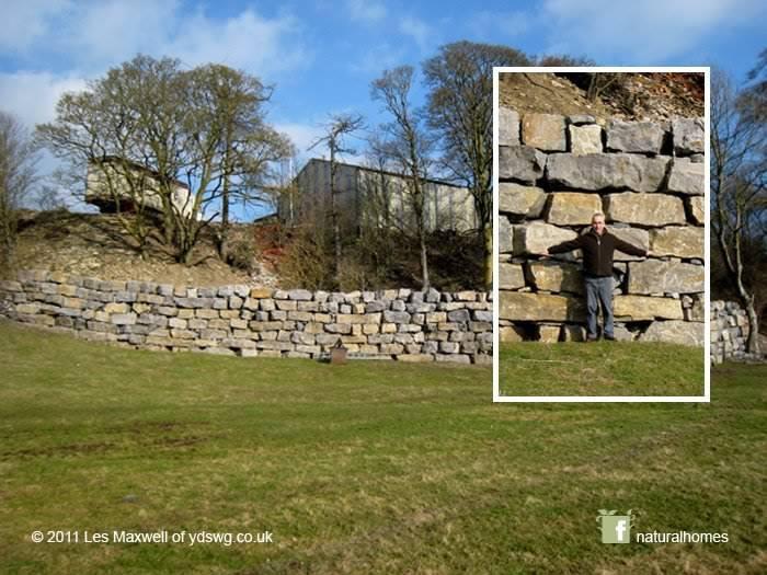 Гравитация - и цемент ни к чему. Это сухая каменная подпорная стена построена в Лейберн, Северный Йоркшир, Англия. На первый взгляд, и без масштаба, можно подумать, что промежутки между камнями слишком большие, но это не удивительно, учитывая размер стены. Каждый камень весит около 5 тонн. Это часть коллекции из Гильдии Сухих Каменных Стен Йоркшира: www.gallery.ydswg.co.uk