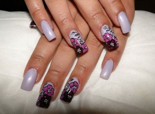 ongles en gel en blanc mat à motifs floraux en rose et pourpre