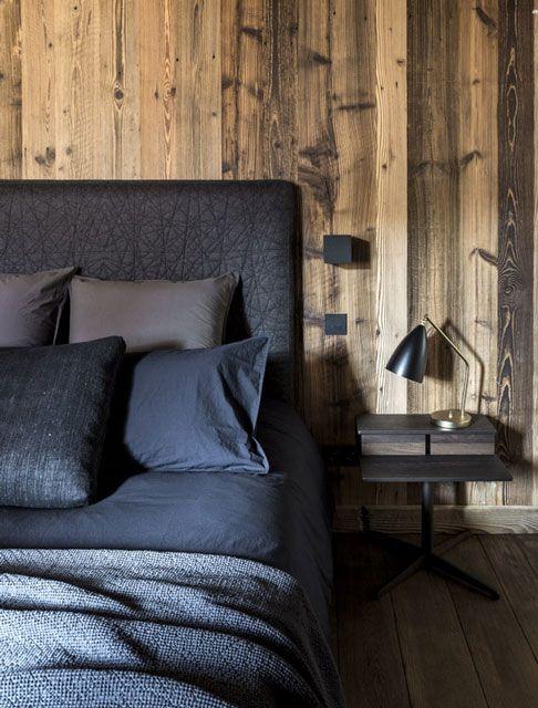 Quel beau mélange de rustique er de chic, Chambre bois et gris bleu, maison hand lyon - réalisation chalet à Mégève - photos Felix Forest | Rustic chic bedroom