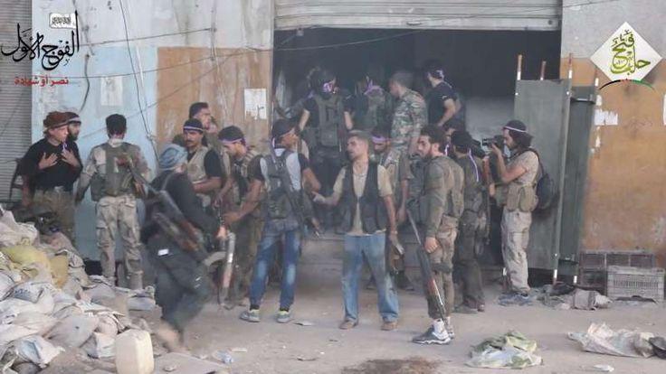 Lagi Pertempuran Sengit Pejuang Suriah dengan Pasukan Asad Berlangsung di Aleppo  Pejuang Suriah di sebuah basis pertempuran melawan pasukan rezim Basyar Asad  SALAM-ONLINE: Pertempuran sengit terjadi pada Rabu (13/7) antara pejuang oposisi dengan kelompok teroris rezim Basyar Asad di depan al-Emir Inn di jantung kota Aleppo Syria Live Network melaporkan Rabu (13/7).  Dalam sebuah video yang dipublikasikan oleh kelompok oposisi menunjukkan pertempuran sengit terjadi di Aleppo. Hal itu…