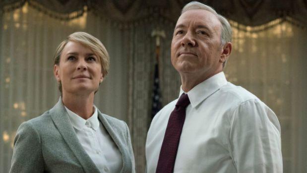 Zawsze, kiedy widzę czołówkę serialu House of Cards, budzi się wemnie nagła ipaląca potrzeba osiągnięcia czegoś wielkiego igodnego zapamiętania. Co prawda, po5 sezonach i65 odcinkach dalej nie wiem, co byto miało być… Wynalezienie leku naraka? Władza nadświatem? Amoże raczej coś, co wtym sezonie usłyszy Frank Underwood: jak cię usuną zestanowiska, tojuż napewno przejdziesz dohistorii! Nie …