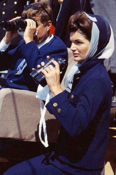 Le style Jackie Kennedy: avec un foulard sur la tête - EN IMAGES. Jackie Kennedy, le style mythique d'une icône - L'EXPRESS