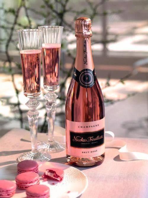 Rosé champagne avec macarons.  Vie, c'est très belle, c'est vrais!