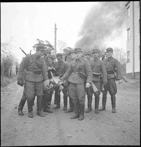 Alasammutun viholliskoneen osia korjataan talteen Munkkiniemessä. (1939-12-01 SA-kuva)