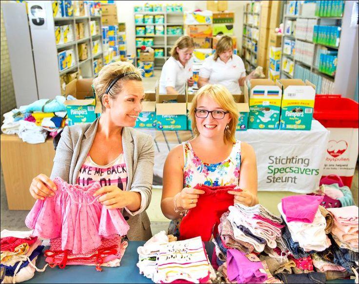 Tanja Jess helpt ons babykleding sorteren