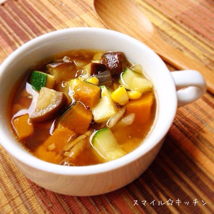 今が旬な夏野菜を食べて元気になろう!! とうもろこし、かぼちゃ、ズッキーニ、なすが入ってます。 トマト買い忘れ〜(笑) ごま油で野菜を炒めてから昆布水ととうもろこしの芯で煮て、醤油とオイスターソースで味付け お教室レシピなので簡単にでスミマセン…>_<…