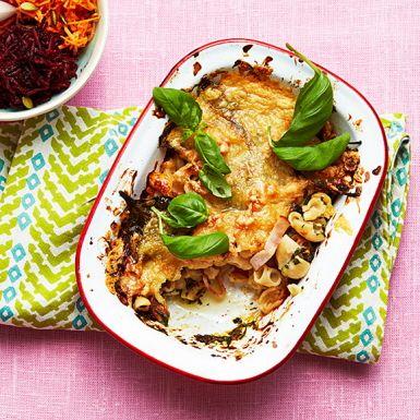 """Amerikansk """"comfort food"""" när den är som bäst! Fast med en något nyttigare twist, med fullkornspasta och kycklingbacon. Med färdig ostsås lagar du denna mättande rätt på ett kick. Servera med en rejäl grönsallad så blir det ännu några snäpp mer hälsosamt."""