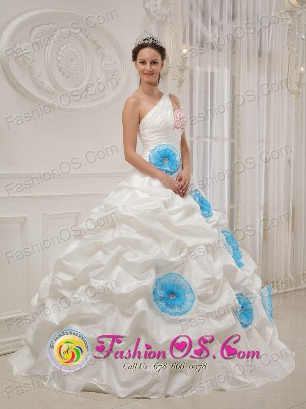 Beautiful One Shoulder Neckline White Wholesale Flowers Decorate Quinceanera Dress With ruffles In Ybycui Paraguay Style QDZY455FOR