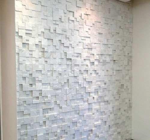 Os revestimentos para parede da sala 3D podem ser aplicadas tanto em paredes residenciais como comerciais. É bem habitual vermos revestimento para parede da sala, formando um painel 3D para colocar a TV. Na sala de jantar, este adquire visibilidade em destaque com uma pintura e na organização de móveis. Já nos quartos, estes entram na parede da cabeceira, ganhando um destaque tridimensional se comparado à madeira.