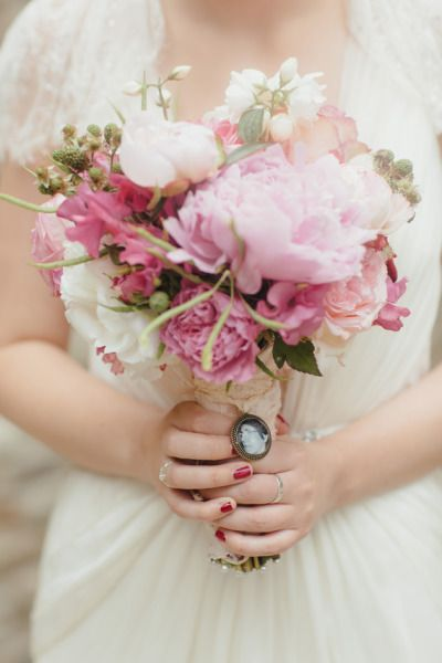 Para um bouquet de noiva em monotom, aposte em sutis variações de tonalidades: aposte no contraste discreto entre flores mais claras e as mais escuras do mesmo tom.