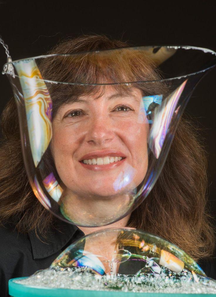a ricercatrice Susan Rempe dei Sandia National Laboratories mentre guarda attraverso le bolle del sistema per catturare la CO2. La membrana è in grado di catturare l'anidride carbonica emessa dalle centrali elettriche a carbone ed è 10 volte più sottile di una bolla di sapone. Credit: Randy Montoya